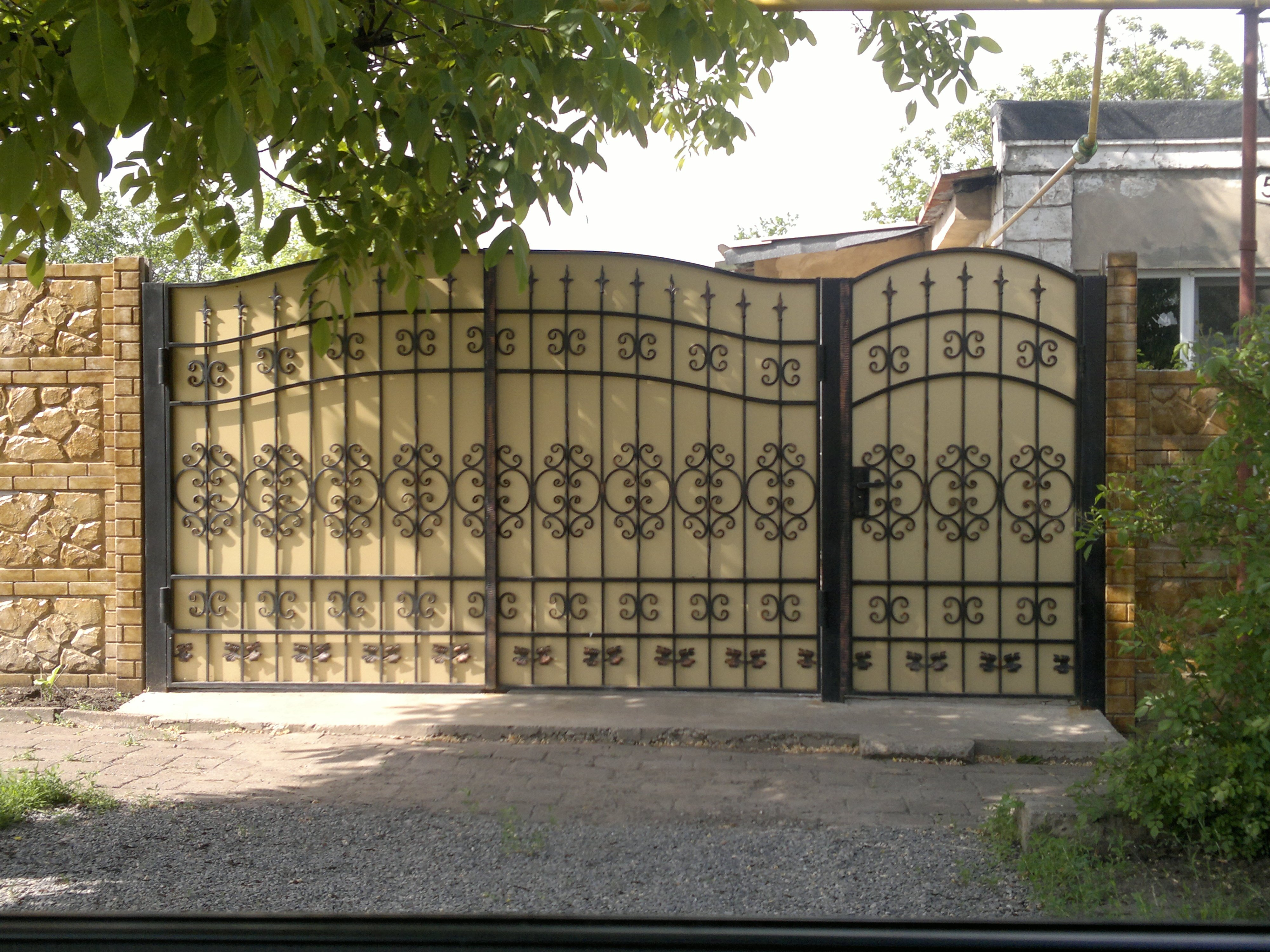 Ворота кованые въездные бежевого цвета