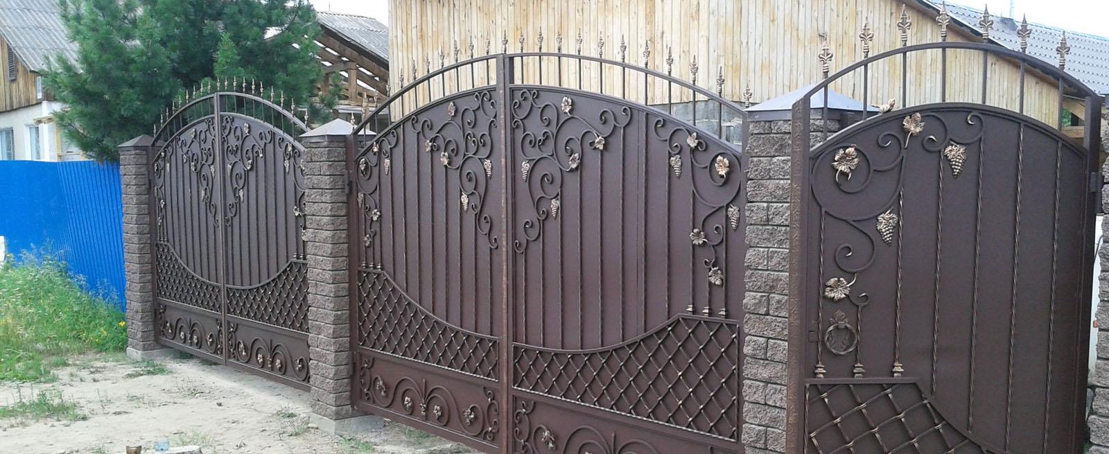 Металлические распашные ворота с элементами ковки и отдельно стоящей калиткой