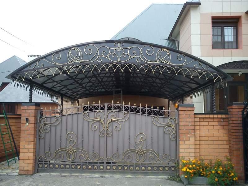 Металлический кованый навес во дворе для автомобилей