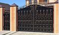 Металлические кованые сплошные ворота черного цвета