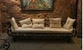 Кованый диван в интерьере гостиной
