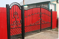 Металлические ворота с отдельной калиткой в красном исполнении