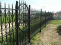 Металлический забор с ковкой черного цвета