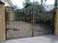 Металлические ворота  с элементами ковки и прозрачным сотовым поликарбонатом