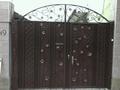 Металлические  коричневые ворота с элементами ковки (со встроенной калиткой)