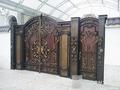 Металлические ворота с калиткой со сложным кованым узором