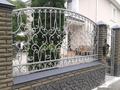 Белый кованый забор с калиткой