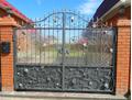 Металлические ворота с прозрачным поликарбонатом кованые