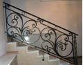 Металлические кованые перила для лестницы с круглым орнаментом