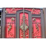 Красивые кованые ворота  с красным оттенком