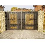 Металлические ворота с элементами ковки и дерева