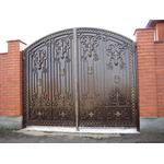 Металлические сплошные ворота с элементами ковки