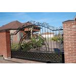 Металлические откатные ворота со сложным кованым узором