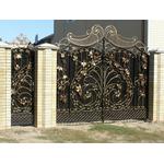 Металлические ворота со сложной ковкой и отдельной калиткой