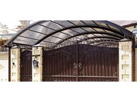 Металлический кованый навес с воротами для частного дома