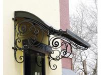 Металлический черный козырек над дверью с элементами ковки