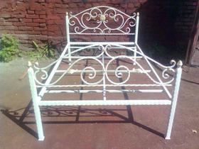 Металлический каркас с художественной ковкой белого цвета